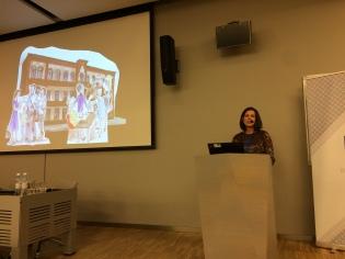 """Uzstājas Baiba Īvāne-Kronberga ar referāta """"Jelgavas pilsētas bibliotēkas kultūras ainava: lasot vēsturi un pārdomājot vērtības"""" priekšlasījumu. Foto: E.Sniedze"""